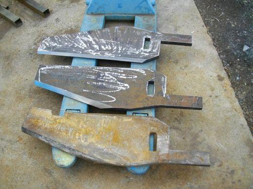 砕石の粉砕機。刃。砂利。クラッシャー。可動プレート。丸石から粉砕。
